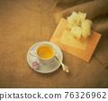 桌上的下午茶和百合花靜物裝飾 76326962