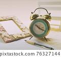 桌上的鬧鐘和相框靜物裝飾 76327144