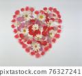 新鮮花朵裝飾的愛心 76327241