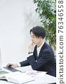 사무실에서 일하는 사업가 76346558