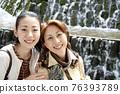 웃는 얼굴로 안아 엄마와 딸 76393789