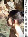 온천에 사용하고있는 여성 76393798