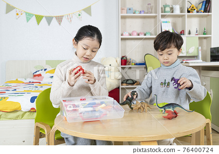 Asian girl and boy, sister and brother playing with toy 76400724