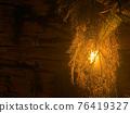 따뜻한 방에 켜진 전등 76419327