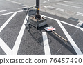 被遺棄的信息板和購物車 76457490