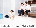 一個家庭在客廳放鬆身心 76471400
