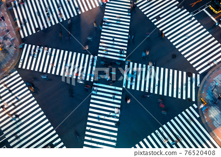 Traffic and people cross a busy intersection in Ginza 76520408