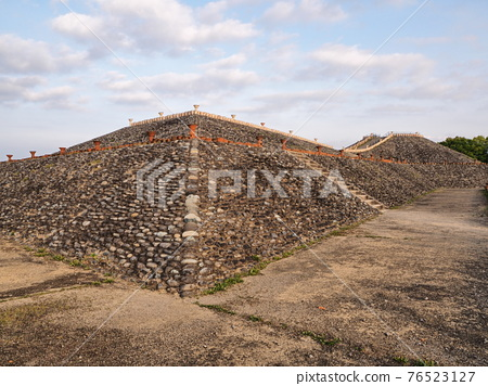 barrow, ancient tomb, historic ruin 76523127