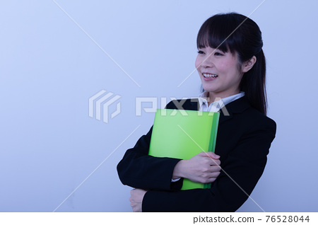일하는 여성 76528044