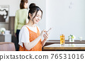 A young woman watching a smartphone in a cafe 76531016
