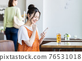 A young woman watching a smartphone in a cafe 76531018