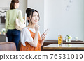 A young woman watching a smartphone in a cafe 76531019