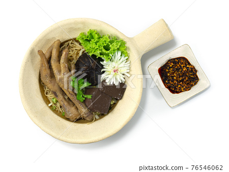Clay Pot Egg Noodles with Braised Feet Chicken decorate Mushroom 76546062