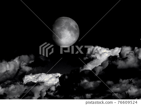 The moon in the night sky 76609524