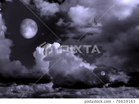 The moon in the night sky 76639163