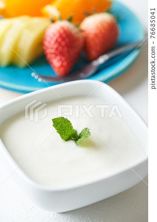 plain yogurt 76685041