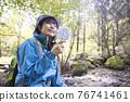 徒步旅行期間用便攜式風扇冷卻的年輕女子徒步旅行圖像 76741461