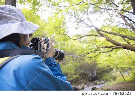 在山上拍照的女人的徒步旅行圖像 76762622