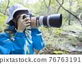 在山上拍照的女人的徒步旅行圖像 76763191