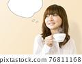 뜨거운 음료를 마시는 여성 76811168