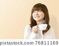뜨거운 음료를 마시는 여성 76811169