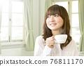 뜨거운 음료를 마시는 여성 76811170