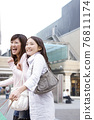 쇼핑을 즐기는 여성 76811174