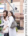 쇼핑을 즐기는 여성 76811175