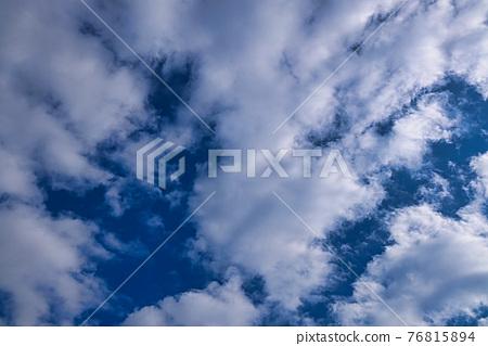 겨울의 맑은 하늘에 떠있는 흰 구름들을 바라보고 촬영 76815894