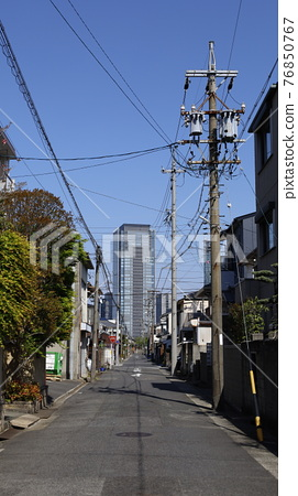 A skyscraper that suddenly appears at the end of a straight road in a residential area (Nagoya Prince Hotel Sky Tower) 76850767