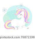 獨角獸坐在地面上,背景有不規則的圓圈和小的白點 76872398