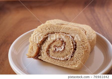 Swiss roll on a plate 76981842