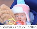 유모차에 타고있는 아기 77022845