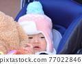 유모차에 타고있는 아기 77022846