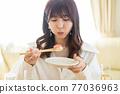 年輕女子開家庭聚會 77036963