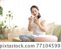 智能手機的女人 77104599