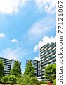 刷新的夏天藍天和公寓 77121067