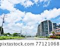 新夏天藍天和城市的風景 77121068
