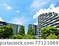 刷新的夏天藍天和公寓 77121069