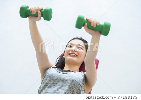 年輕婦女家庭訓練肌肉訓練 77188175