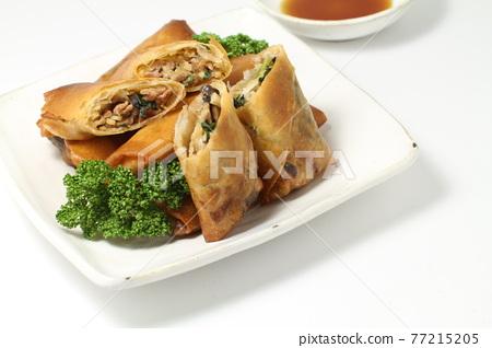 春捲,新鮮炒製的大量手工食材,切成薄片 77215205