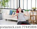 年輕婦女家庭訓練肌肉訓練 77445806