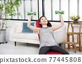 年輕婦女家庭訓練肌肉訓練 77445808