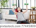 年輕婦女家庭訓練肌肉訓練 77445809