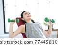 年輕婦女家庭訓練肌肉訓練 77445810