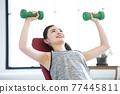 年輕婦女家庭訓練肌肉訓練 77445811