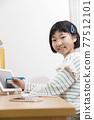 집에서 태블릿 학습을하는 초등학생 여자 온라인 학습 e 러닝 이미지 77512101