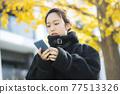 外套的女人 77513326