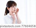 피부의 수분을 실감하는 여성 77604658