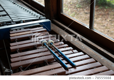 窗台上復古木琴和木槌的景色 78555088